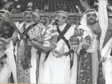 صورة نادرة..الملك سلمان والملك عبدالله يؤديان العرضة احتفالا بمرور 100 عام على تأسيس المملكة
