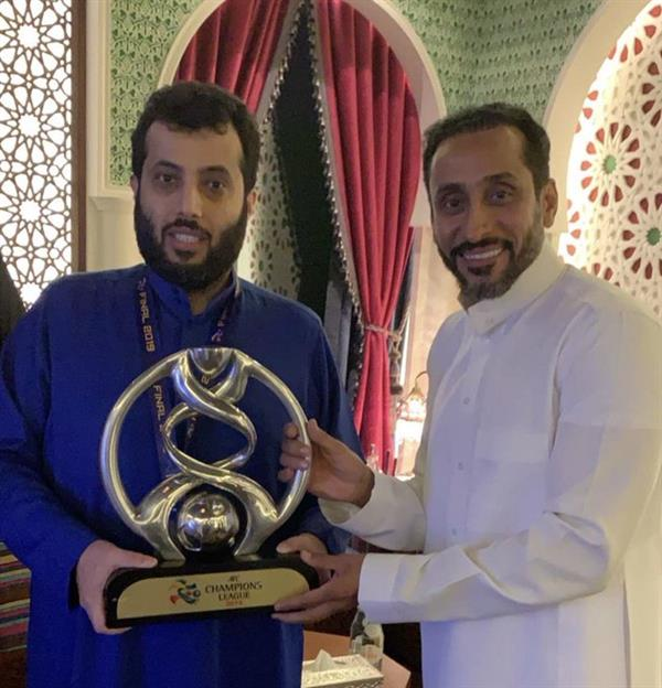 صور.. تركي آل الشيخ يستقبل بعثة الهلال بالثوب الأزرق