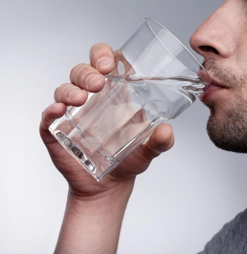 ما هي الطرق الصحيحة لشرب المياه؟ .. هنــــــــــــــــــــــــا التفاصيــــــــل