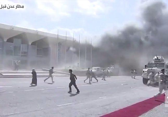 مقاطع فيديو شاهد استهداف وزراء الحكومة اليمنية الجديدة بـ3 قذائف هاون لحظة وصول طائرتهم في مطار عدن