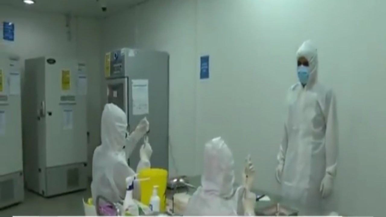 شاهد:تفاصيل عملية تحضير اللقاحات داخل المركز الخاص بحفظها بالرياض