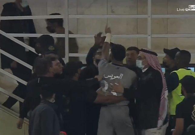 """شاهد : حارس الأهلي """"محمد العويس"""" يتهجم على أحد الأشخاص بعد نهاية المباراة"""