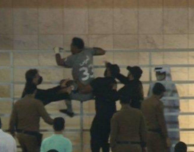 """الكشف عن سبب تهجم حارس الأهلي """"محمد العويس"""" على أحد أعضاء القادسية.. فيديو"""