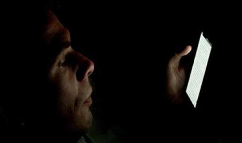 هل تصاب العين بـ «أورام» عند استخدام الجوال في غرفة مظلمة؟.. «استشاري» يجيب